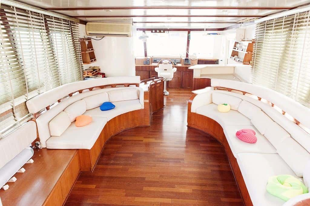 Oman Liveaboard Diving holiday Blue Dhow Saloon