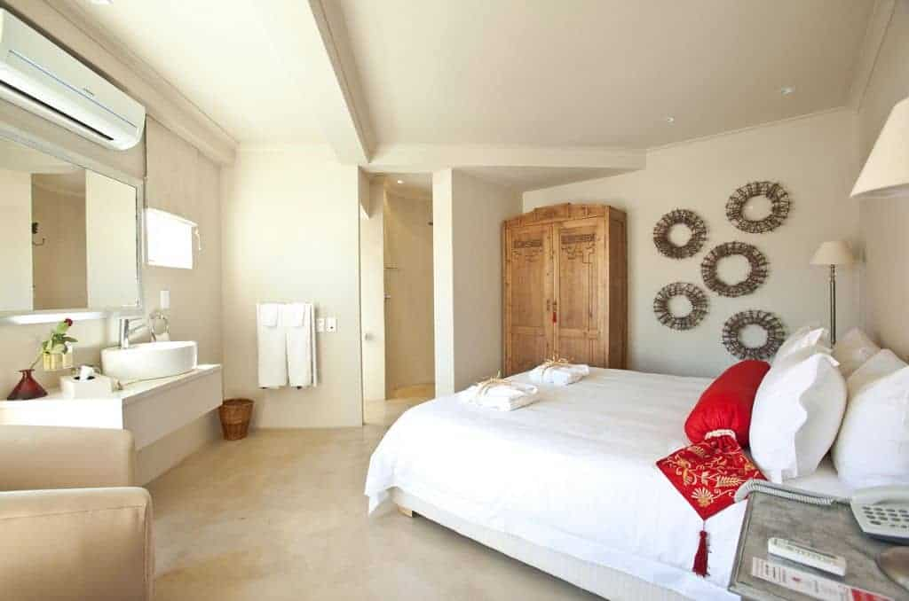 South Africa Diving Holiday Cape Town Great White Shark Rouge On Rose Self Catering bedroom